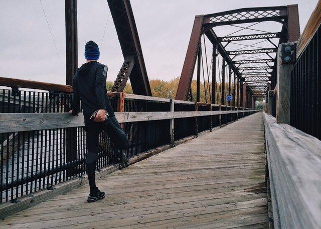 Hombre corriendo beneficios del vendaje neuromuscular