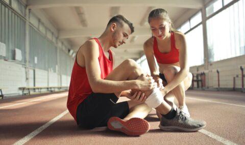 atleta se hace daño mientras practica deporte