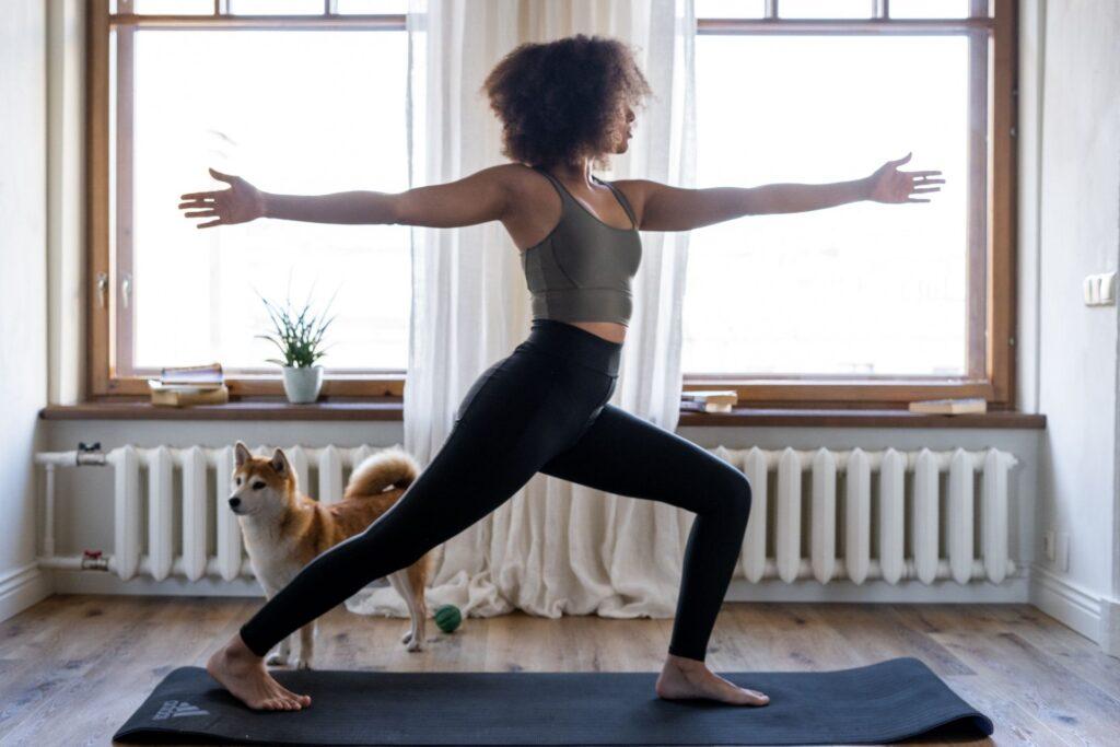 10 ejercicios imprescindibles para hacer deporte en casa